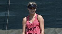 Kanaďanka Eugenie Bouchardová se usmívá při tréninku ve Wimbledonu.