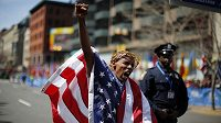Americký vytrvalec Meb Keflezighi bouřlivě oslavuje triumf na Bostonském maratónu.