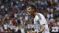 Klose se raduje ze své reprezentační trefy, kterou vyrovnal Müllerův rekord.