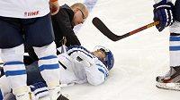 Zraněný finský útočník Pekka Jormakka po zranění v utkání s Ruskem.