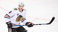 Dominik Kubalík z Chicaga během utkání NHL s Philadelphií.