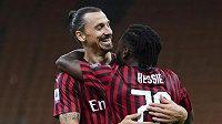 Hvězdný Zlatan Ibrahimovič slaví s Franckem Kessiem gól v síti Juventusu v utkání italské ligy.