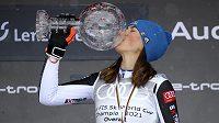 Polibek od královny. Slovenská lyžařka Petra Vlhová s trofejí pro vítězku Světového poháru.