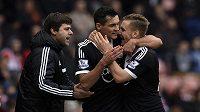 Dejan Lovren (uprostřed) a Luke Shaw ze Southamptonu se radují společně s trenérem Mauriciem Pochettinem z gólu.