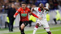 Hatem Ben Arfa svádí sprintový souboj o míč s Tanguyem Ndombeleem během semifinále francouzského poháru. Ilustrační foto