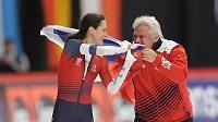 Martina Sáblíková se raduje s trenérem Petrem Novákem z triumfu na mistrovství světa.