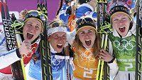 Švédské běžkařky oslavují vítězství ve štafetovém závodě na ZOH v Soči. Zleva Ida Ingemarsdotterová, Charlotte Kallaová, Anna Haagová a Emma Wikenová.