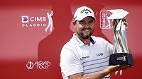 Australský golfista Marc Leishman s trofejí pro vítěze turnaje PGA V Kuala Lumpur.