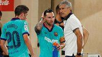 Trenér Barcelony Quique Setien a největší hvězda katalánského týmu Lionel Messi během utkání španělské ligy.