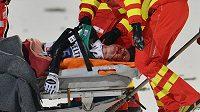 Švýcar Simon Ammann skončil po pádu v Bischofshofenu na nosítkách, musel do nemocnice.