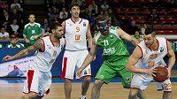 Basketbalisté Tre Simmons (zleva) a Jiří Welsch z Nymburka, Kostas Kaimakoglou z Kazaně a Christian Burns z Nymburka v utkání 6. kola osmifinále Evropského poháru.