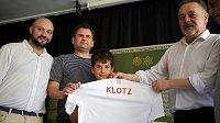Příbuzní Józefa Klotze, někdejšího polského hráče židovského původu, obdrželi dres svého předka před utkání Polska s Izraelem ve Varšavě.