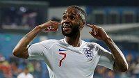 Anglický fotbalista Raheem Sterling oslavuje pátý gól Albionu poté, co byl v průběhu zápasu rasisticky urážen černohorskými diváky.
