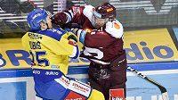 Hokejový útočník Zlína Pavel Kubiš v tvrdém souboji s obráncem Sparty Zbyňkem Michálkem.