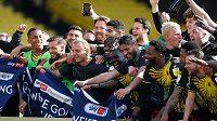 Fotbalisté Watfordu slaví postup do Premier League.