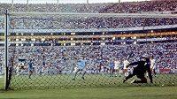 Československý brankář Ivo Viktor je v zápase MS 1970 v Mexiku překonán Angličanem Allanem Clarkem z penalty, národní tým právě touhle brankou prohrál. Po MS byl Viktor i další reprezentanti potrestán a ke slovu se dostala hráčská třetí garnitura.