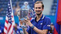 Rus Daniil Medveděv s trofejí pro vítěze tenisového US Open.
