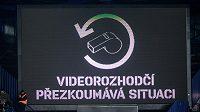 Videorozhodčí přezkoumává situaci během utkání Sparta s Mladou Boleslaví.