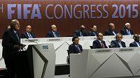 Předseda FIFA Sepp Blatter (vlevo) promlouvá na volebním kongresu v Curychu.
