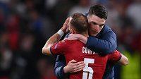 Anglický reprezentant Declan Rice v objetí s Vladimírem Coufalem po zápase na EURO.