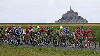 Cyklisté na trati první etapy 103. ročníku Tour de France.