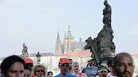Deset tisíc běžců se 3. května postavilo na start 21. ročníku Pražského maratonu. Na trať se vydali v 9:00 ze Staroměstského náměstí. V elitní skupině vytrvalců patří k papírovým favoritům Etiopané Deribe Robi a Tadelech Bekeleová. Na snímku jsou závodníci na Karlově mostě.