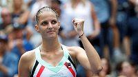 Je to tam. Karolína Plíšková se s kvalifikantkou trápila, ale nakonec duel dotáhla do vítězného konce.