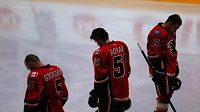 Do smutku se zahalila i Kanada. Na snímku hokejisté Calgary před utkáním s Minnesotou.