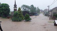 Kvůli silnému dešti se voda z polí dostala do obce Počítky, kde bydlí Martina Sáblíková.