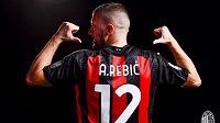 Chorvatský útočník Ante Rebič pózuje v dresu AC Milán, kam přestoupil z německého Franfurktu.