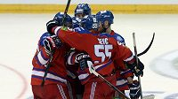 Hokejisté Lva Praha se radují ze vstřelení gólu proti Jaroslavli.