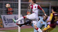 Milan Škoda ze Slavie střílí gól brankáři Dukly Filipu Radovi.