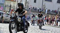 V rámci oslav 50. výročí prvního závodu motocyklové Grand Prix se uskutečnila vzpomínková jízda Brnem, které se zúčastnili legendární jezdci ze světa i z bývalého Československa. Na snímku jsou (zepředu) bývalý závodník Miloš Sedlák, německý motocyklista Stefan Bradl a Karel Hanika ml.