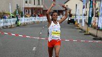 Etiopanka Yehualawová posunula světový rekord v půlmaratonu pod 64 minut.