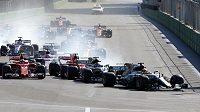 První zatáčka Velké ceny Ázerbájdžánu, v čele Brit Lewis Hamilton.