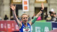 Eva Vrabcová Nývltová v cíli běžeckého závodu The Battle of the Teams a Mistrovství ČR v maratonu.