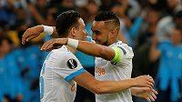 Fotbalisté týmu Olympique Marseille Florian Thauvin a Dimitri Payet slaví v semifinále Evropské ligy.