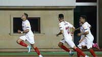 Javier Hernández alias Chicharito (vlevo) ještě v dresu Sevilly oslavuje gól do sítě Karabachu v utkání Evropské ligy.