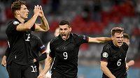 Němec Leon Goretzka (vlevo) se raduje po vyrovnávacím gólu proti Maďarsku. Na snímku jsou dále Kevin Volland (9) a Joshua Kimmich (6).