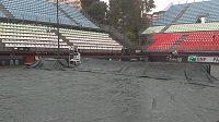 V Palermu se rozpršelo a třetí utkání semifinále Fed Cupu mezi Itálií a ČR muselo být posunuto na 12:30.