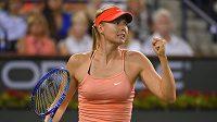 Ruská tenistka Maria Šarapovová v utkání s Viktorií Azarenkovou.