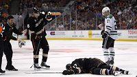 Dustin Penner zůstal po zákroku na hlavu ležet bezvládně na ledové ploše.