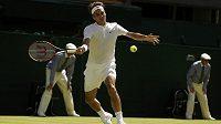Švýcarský tenista Roger Federer v zápase s Bosňanem Damirem Džumhurem v 1. kole Wimbledonu.