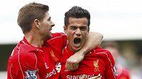 Liverpoolský záložník Philippe Coutinho slaví se Stevenem Gerrardem gól proti Queens Park Rangers.