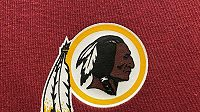 Tradiční tým ligy amerického fotbalu NFL z Washingtonu už neponese název Redskins (Rudokožci).