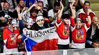 Čeští fanoušci v maskách Jaromíra Jágra při utkání s Rakouskem.