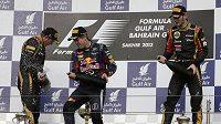 Radostný pohled pro Lotus. Vítězného Sebastiana Vettela z Red Bullu (uprostřed) na stupních vítězů v Bahrajnu doprovodili Kimi Räikkönen (vlevo) a Romain Grosjean.