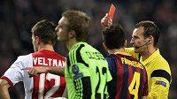 Sudí Pavel Královec ukazuje červenou kartu Joelu Veltmanovi z Ajaxu (vlevo).