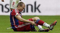 Stoper Bayernu Mnichov Holger Badstuber v duelu se Stuttgartem.
