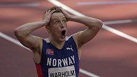 Karsten Warholm z Norska se raduje po finále na 400 m překážek.
